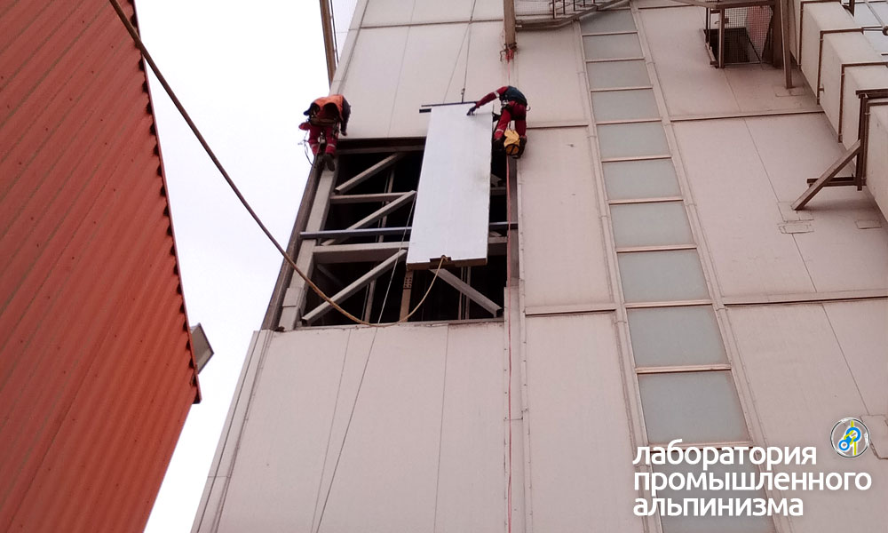 Подъём вывески на здание