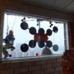 Подъём стеклопакета через окно